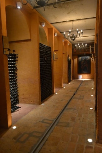 """A cave, onde as garrafas """"descansam"""" antes de serem liberadas para o mercado"""