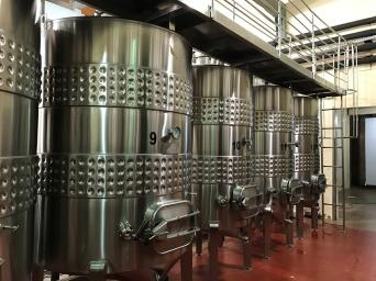 Tanques de aço inox utilizados para fermentação dos vinhos